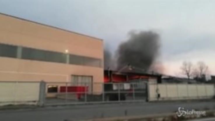 Torino, incendio in una ditta di Borgaro: colonna di fumo visibile da tutta la città