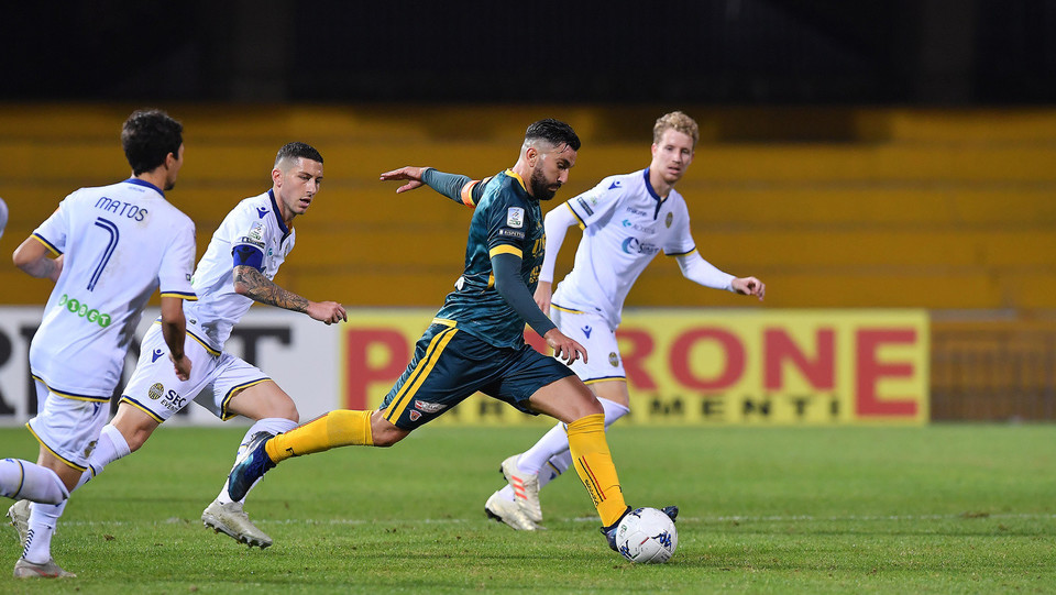 Benevento-Verona 0-1. Ryder contro Coda ©