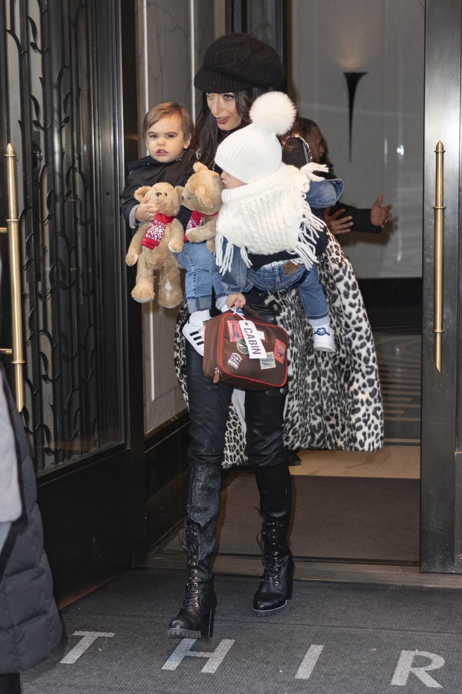 Amal Clooney, mamma newyorkese: la passeggiata con i due gemellini