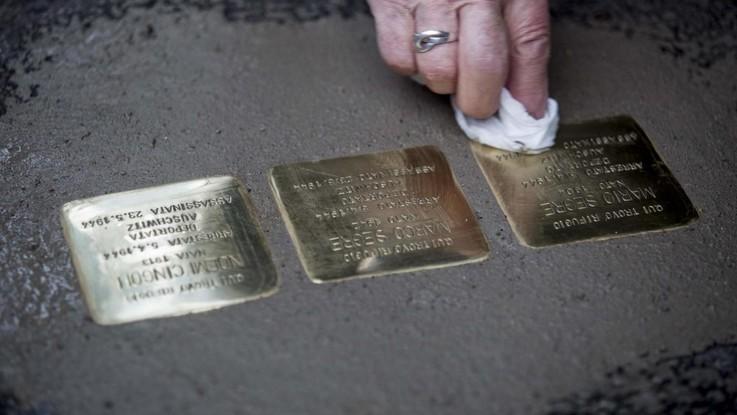 Roma, rubate 20 'pietre d'inciampo' a Monti