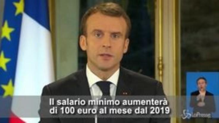 """Gilet gialli, Macron annuncia: """"Dal 2019 aumento dei salari minimi di 100 euro al mese"""""""