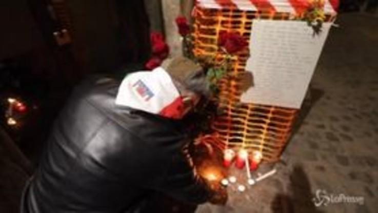 Roma, fiaccolata di solidarietà dopo il furto delle pietre d'inciampo