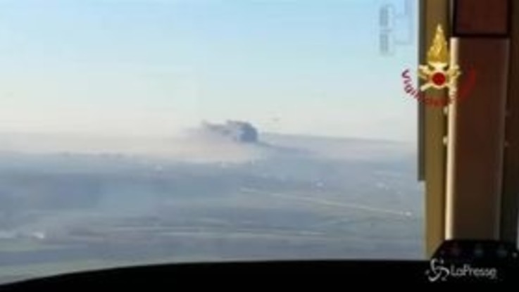 Roma, incendio nel deposito di rifiuti: la nube di fumo vista dall'alto
