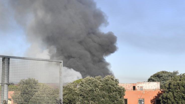 """Maxirogo di via Salaria a Roma, il dg Arpa: """"Chiudete le finestre. I dati su fumi tossici venerdì"""""""