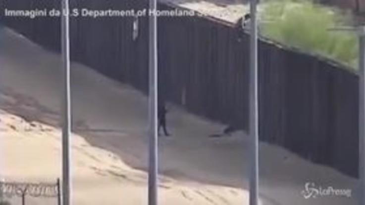 Frontiera Usa-Messico, il drammatico salto dal muro di due ragazzine