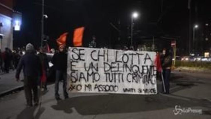"""Milano, al Giambellino il corteo per il diritto alla casa: """"Siamo tutti Robin Hood"""""""