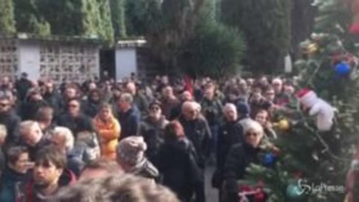 """Morto il cantante 'Sigaro' della band 'Banda Bassotti': """"Bella ciao"""" cantata al cimitero"""