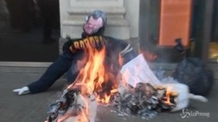 Milano, Salvini 'a fuoco': il manichino del vicepremier bruciato nel corteo degli studenti