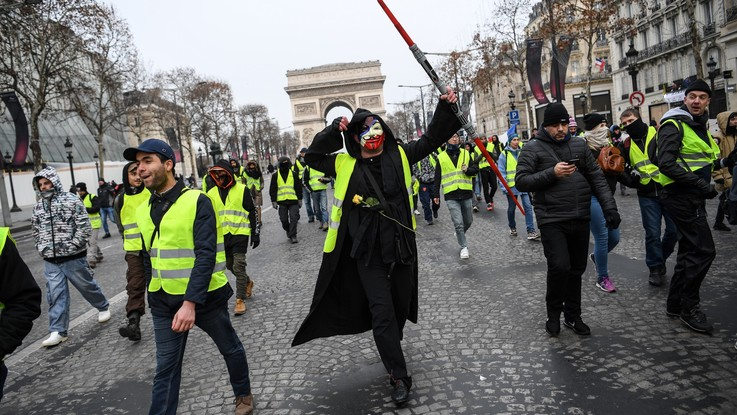 Gilet gialli, Champs-Elysées blindati per la nuova manifestazione. Trenta fermati