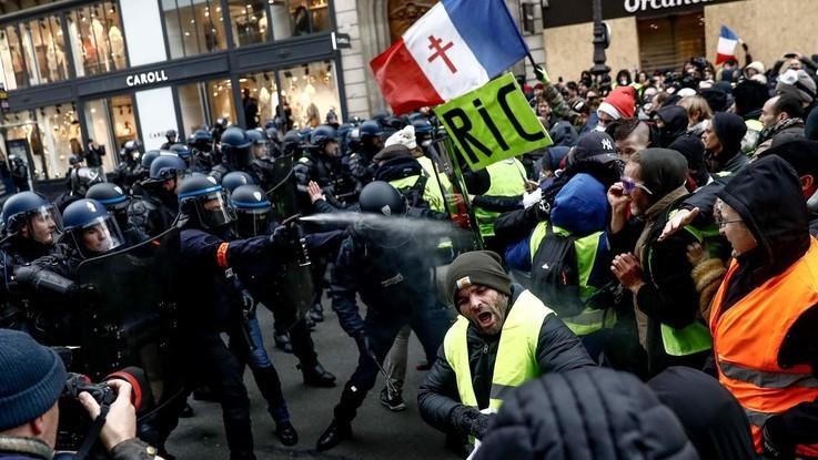Gilet gialli, scontri sugli Champs-Elysées: la polizia spara lacrimogeni. Oltre 90 le persone fermate