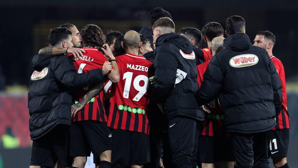 Foggia-Cremonese 3-1. Mazzeo esulta con la squadra ©