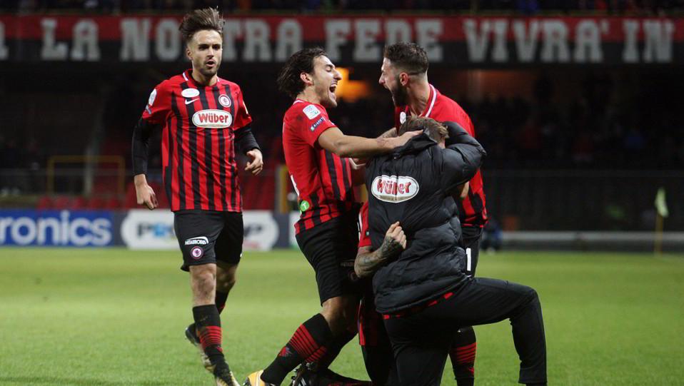 Foggia-Cremonese 3-1. Iemmello esulta con la squadra ©