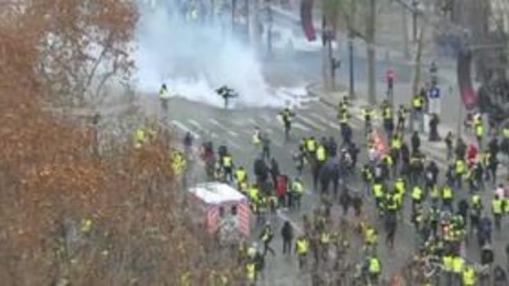 Gilet gialli, lacrimogeni e scontri contro le forze dell'ordine. È un altro sabato di fuoco