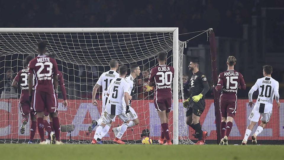 Ronaldo esulta e polemico sbatte il petto contro il portiere dei granata Ichazo, stasera subentrato al posto dell'infortunato Sirigu ©