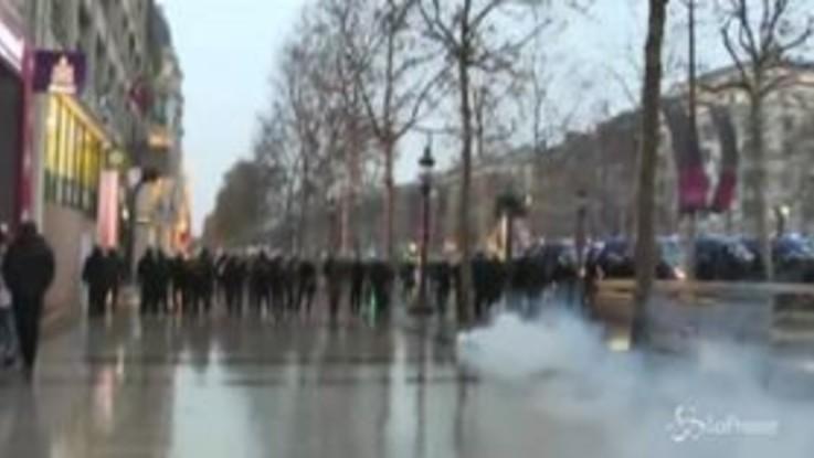 Parigi, nuova manifestazione dei gilet gialli: un centinaio di arresti