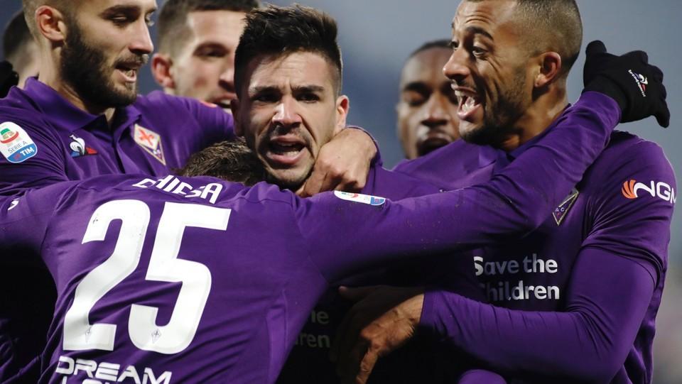 L'abbraccio di Simeone con i compagni della Fiorentina ©