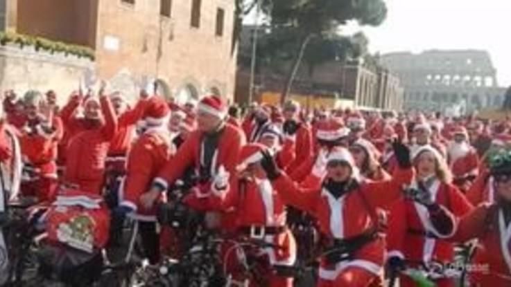 Roma, l'invasione dei Babbi Natale in bicicletta