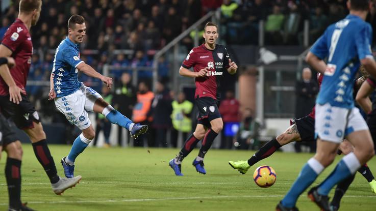 Serie A, perla Milik e Napoli vola: Cagliari si arrende nel recupero