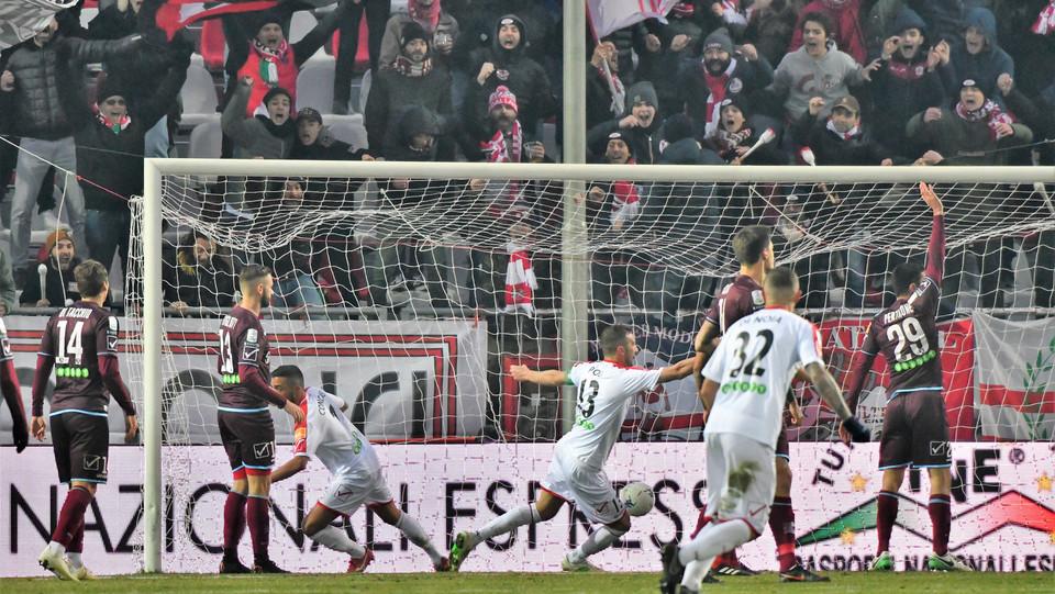 Carpi-Salernitana 3-2. Sabbione segna il secondo gol del Carpi ©