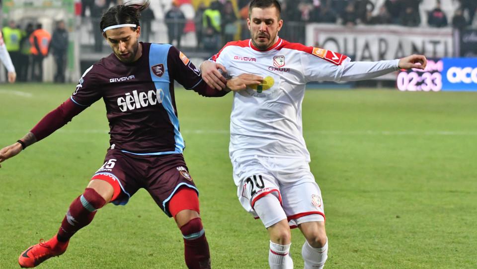 Carpi-Salernitana 3-2. Tiago Casasola (Salernitana) e Enej Jelenic (Carpi) ©