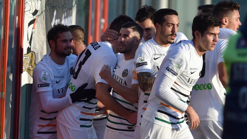 Crotone-Venezia 1-1. Modolo esulta dopo il gol ©