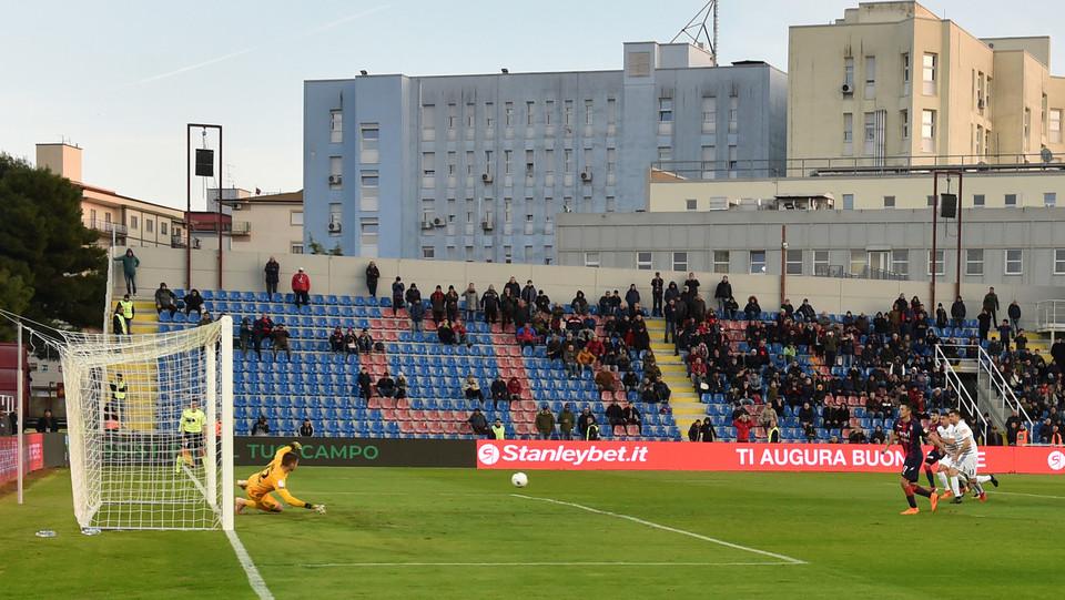 Crotone-Venezia 1-1. Il gol su calcio di rigore di Budimir (Crotone) ©