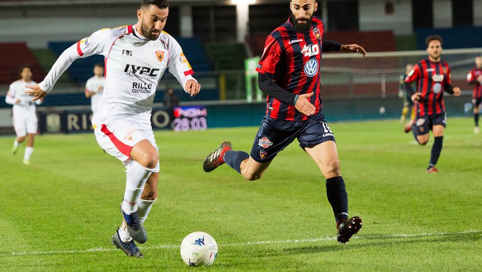 Cosenza-Benevento 0-0. Legittimo (Cosenza) e Coda (Benevento) ©