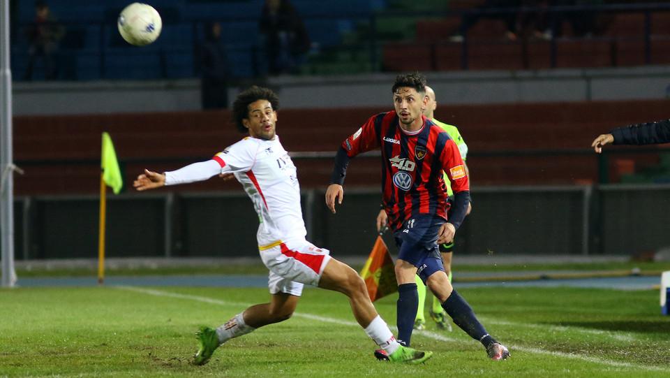 Cosenza-Benevento 0-0. Tello (Benevento) e D'Orazio (Cosenza) ©
