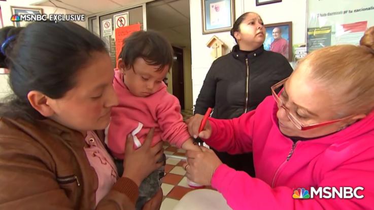 Migranti, bimbi 'marchiati' con numeri sulle braccia al confine Messico-Usa