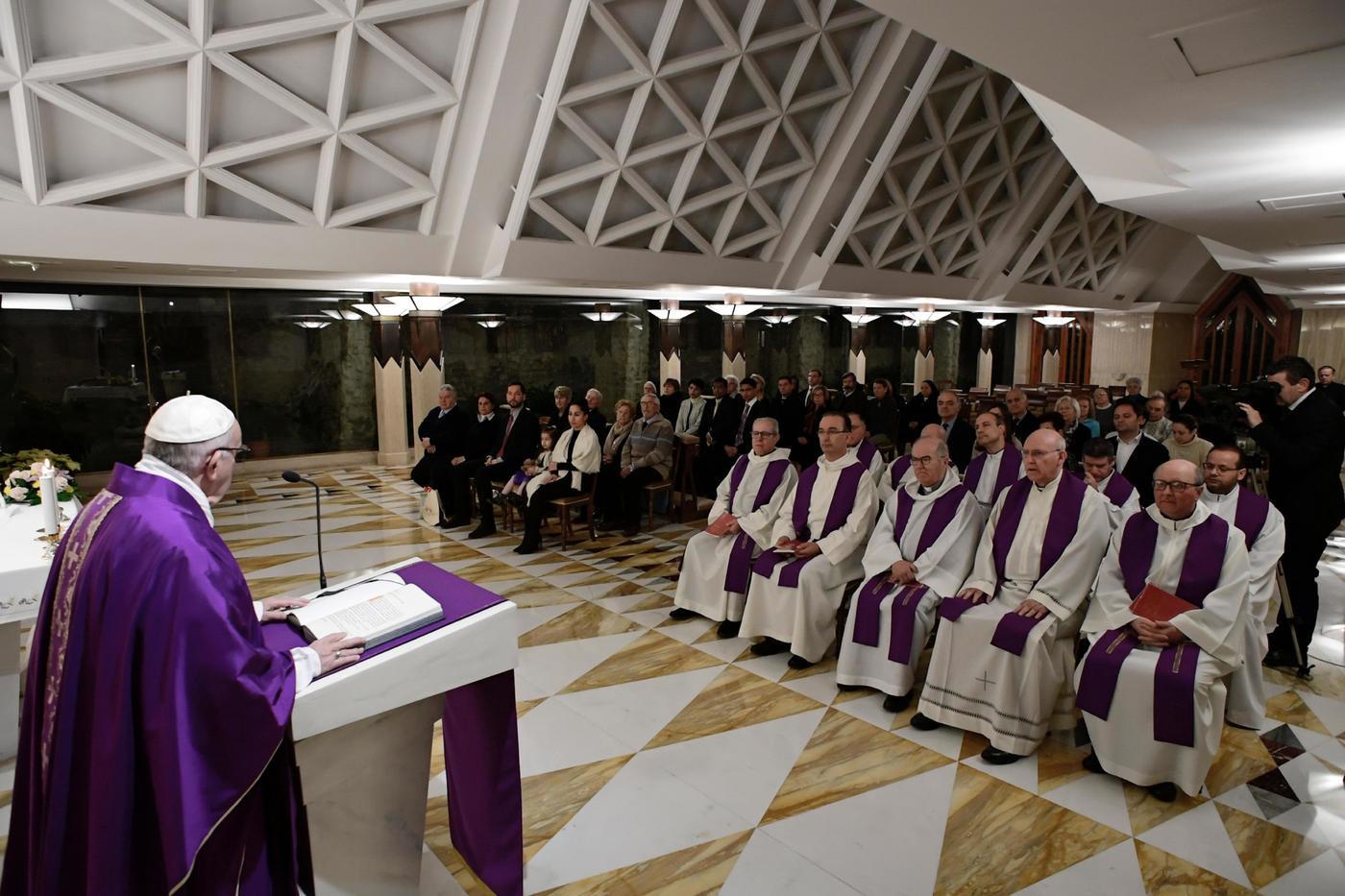 """Migranti, condanna del Papa: """"No ai politici che li accusano di tutti i mali"""""""