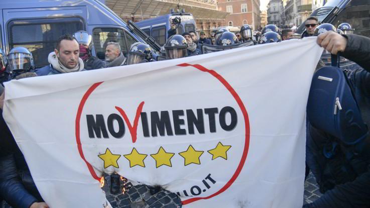 """L'ira Ncc contro il governo: """"Buffoni"""". E bruciano bandiere M5s"""
