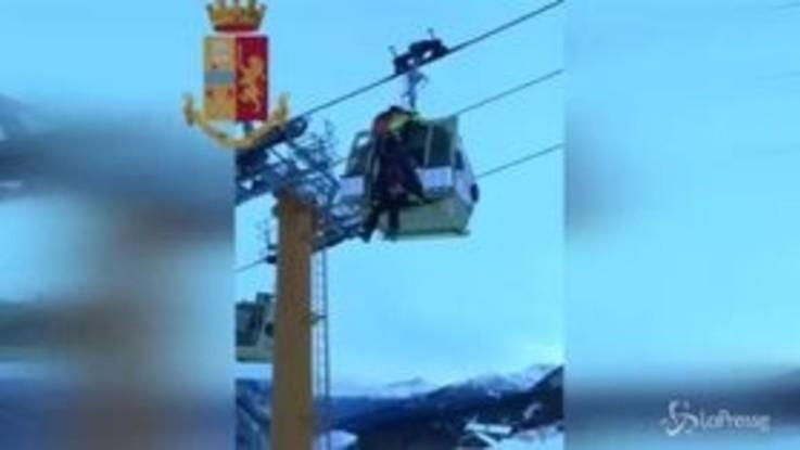 Courmayeur, telecabina bloccata: le immagini del salvataggio degli 8 sciatori