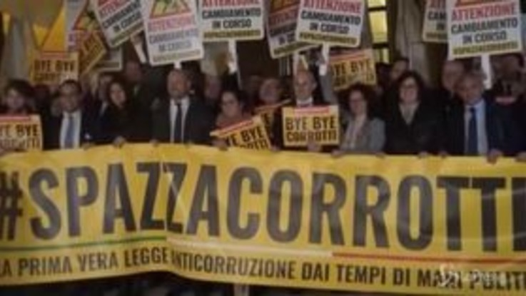 Anticorruzione è legge, i 5 stelle festeggiano in piazza a Montecitorio