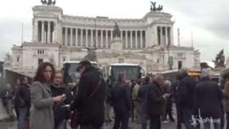 Roma, protesta dei bus turistici: bruciata bandiera del M5s
