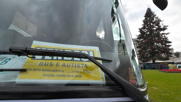 """""""Vendesi bus e autista"""" e bandiere M5s 'a fuoco'. Roma bloccata dalla protesta degli autisti dei pullman turistici"""