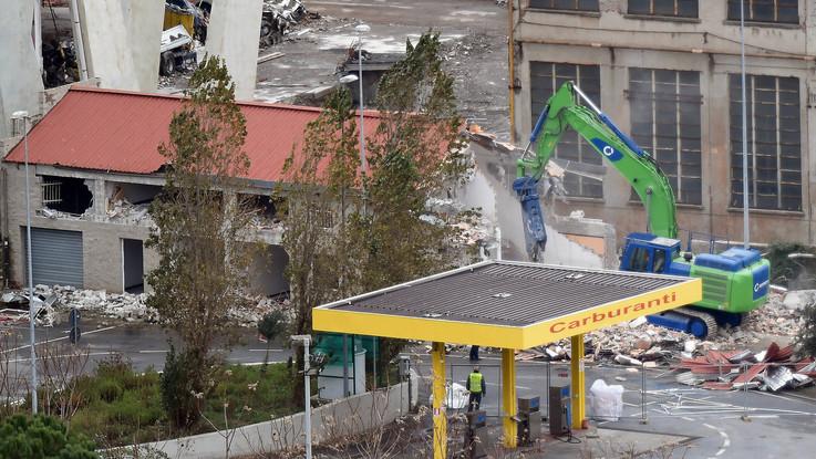 """Genova, via alle demolizioni sotto il Ponte Morandi. Bucci: """"Sappiamo dove smaltire i detriti"""""""