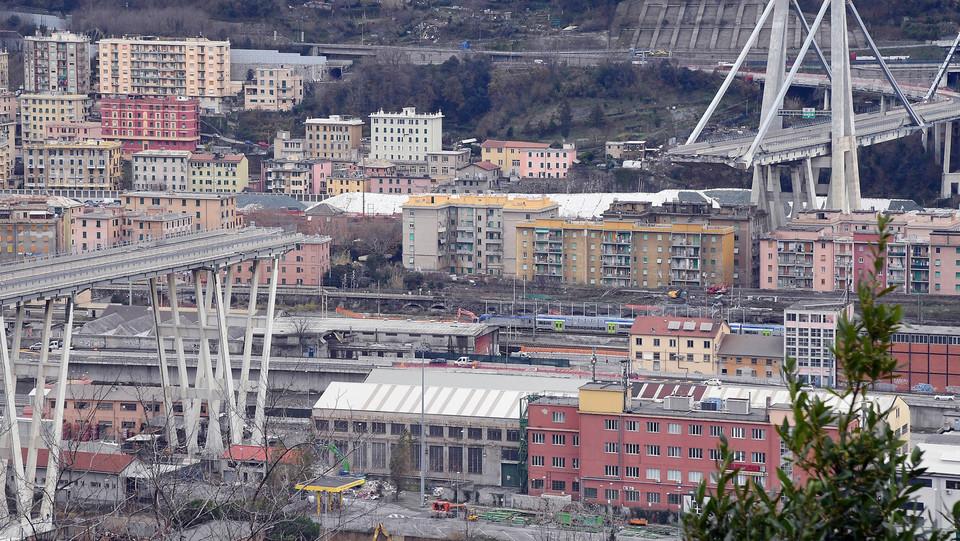 I due monconi del Ponte Morandi: a sinistra quello di Ponente, sotto il quale è iniziata la demolizione di alcuni edifici ©