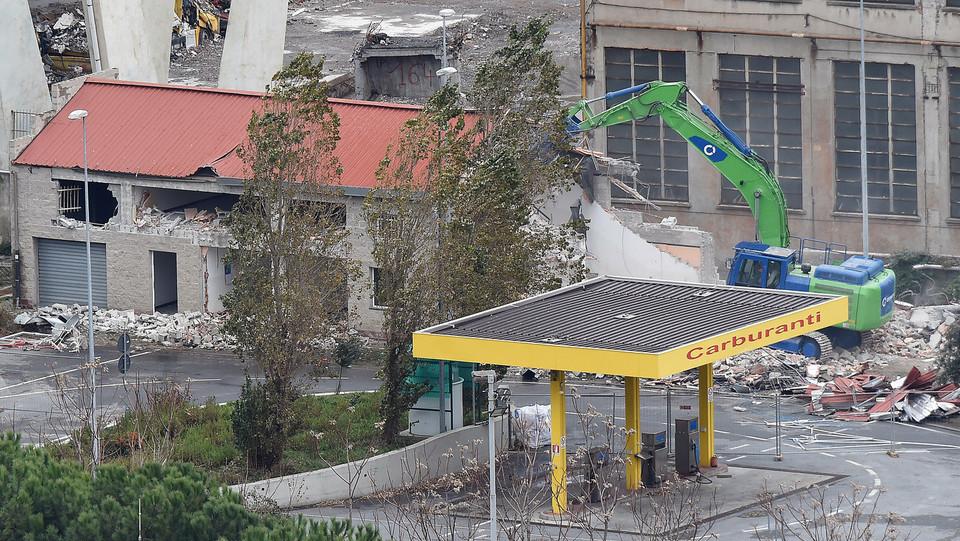Primo piano di alcuni edifici di cui è iniziata la demolizione sotto il moncone di Ponente ©