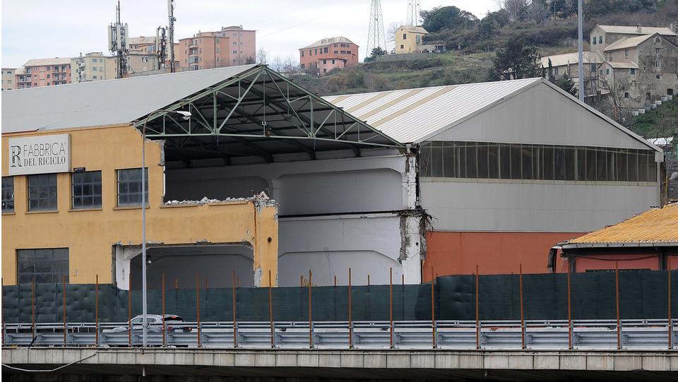 La fabbrica del riciclo dell'Amiu, l'azienda genovese di nettezza urbana, sotto il moncone di levante del Ponte Morandi. Una parte dell'edificio è crollato con il ponte. Dentro sono morti due lavoratori ©