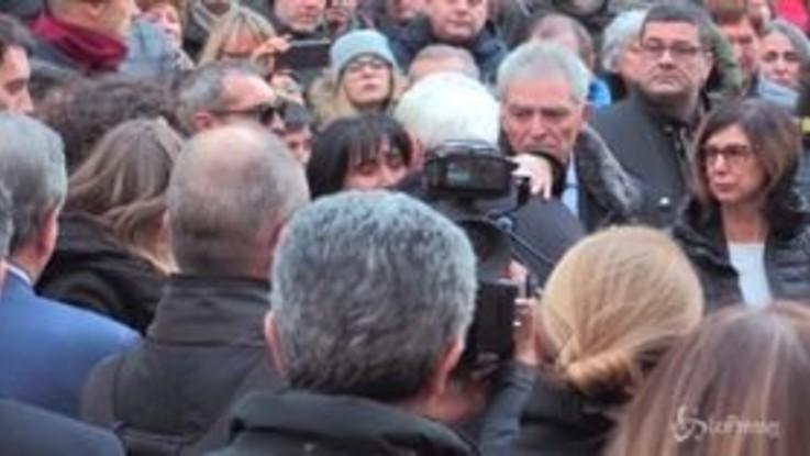 Funerali Megalizzi, il lungo abbraccio di Mattarella ai genitori di Antonio