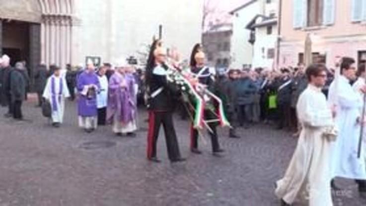 Trento, il feretro di Antonio Megalizzi avvolto dalla bandiera europea esce dal Duomo