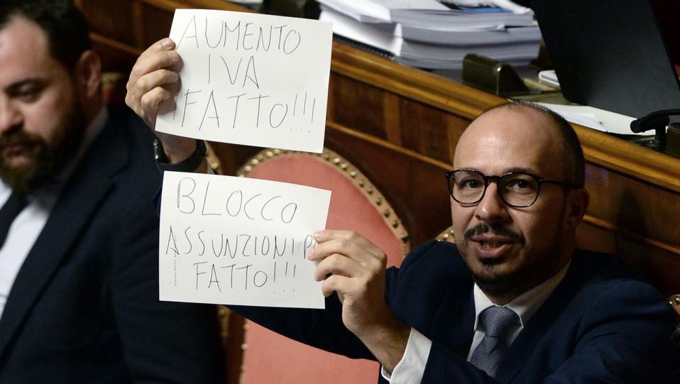 Il senatore Pd Davide Faraone mostra dei cartelli contro l'aumento dell'Iva, il taglio Inail e il blocco delle assunzioni nella Pa ©