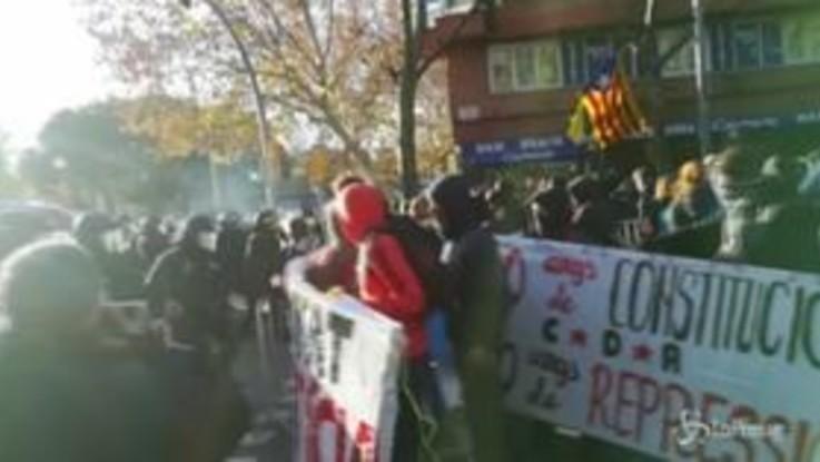 Barcellona, scontri tra manifestanti e forze dell'ordine