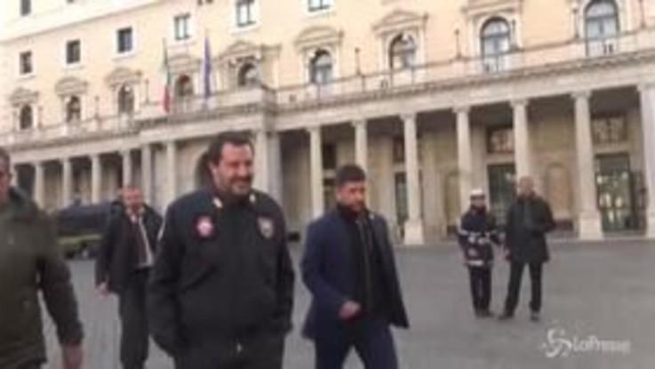 """Salvini scherza: """"Il maxiemendamento ce l'ho in tasta ma non ve lo faccio vedere"""""""