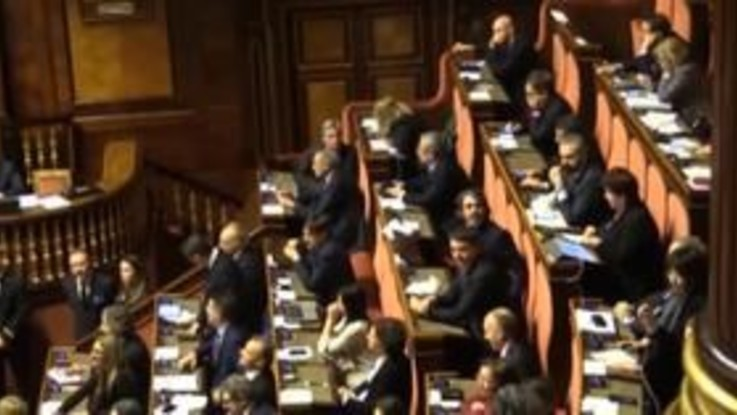 """Slitta il voto di fiducia, caos al Senato: l'opposizione grida """"Buffoni"""""""