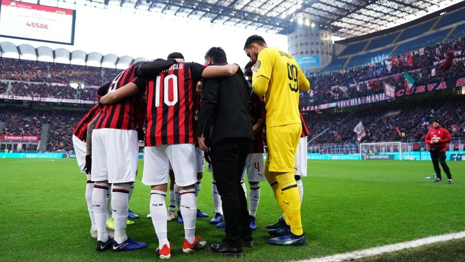 Il Milan radunato a centrocampo prima dell'inizio del match ©