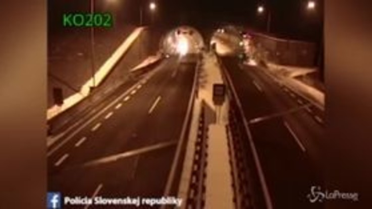 L'incidente è incredibile: l'auto urta l'ingresso del tunnel e prende il volo