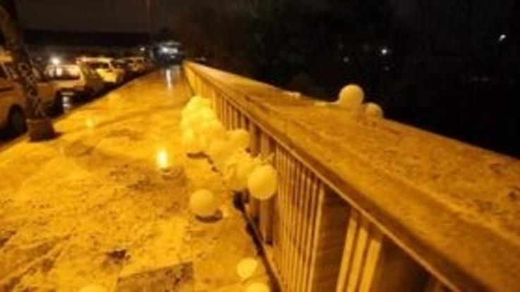 Roma, palloncini bianchi a Testaccio per la mamma delle due gemelline che si è suicidata