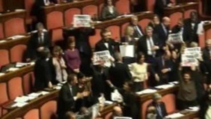 """Senato, Forza Italia mostra i cartelli: """"Povertà per tutti: Fatto"""""""
