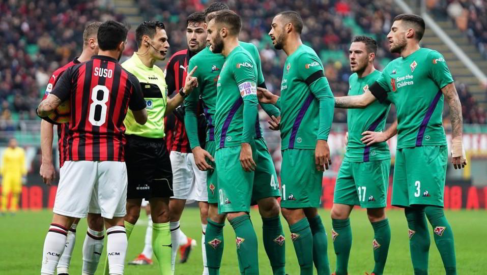 Diverbio tra le due squadre con l'arbitro Mariani a cercare di tranquillizzare la situazione ©